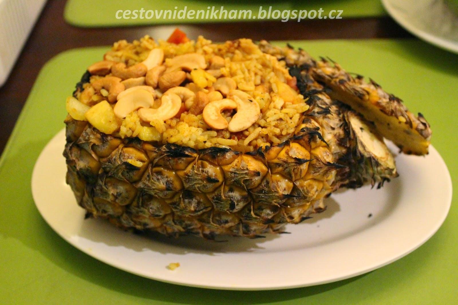 ananas plněný rýží a kuřecím masem // pineapple stuffed with rice and chicken