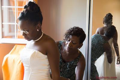 mariée se faisant lacer sa robe - Guadeloupe - Les Abymes