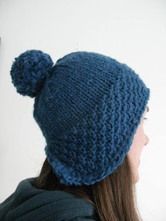 Lomond hat. Free knitting pattern by littletheorem. Chunky moss stitch bobble hat.