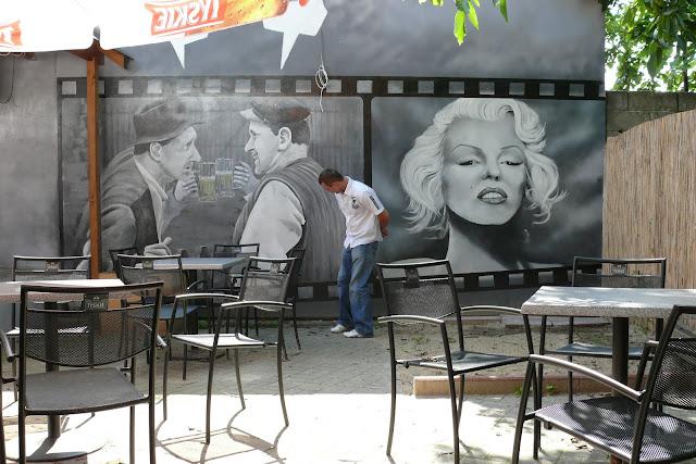 Artystyczne malowanie ściany w barze, wystrój ściany w barze za pomocą grafitti, mural ścienny