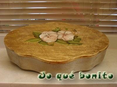 Caja decorada con pan de oro y óleos