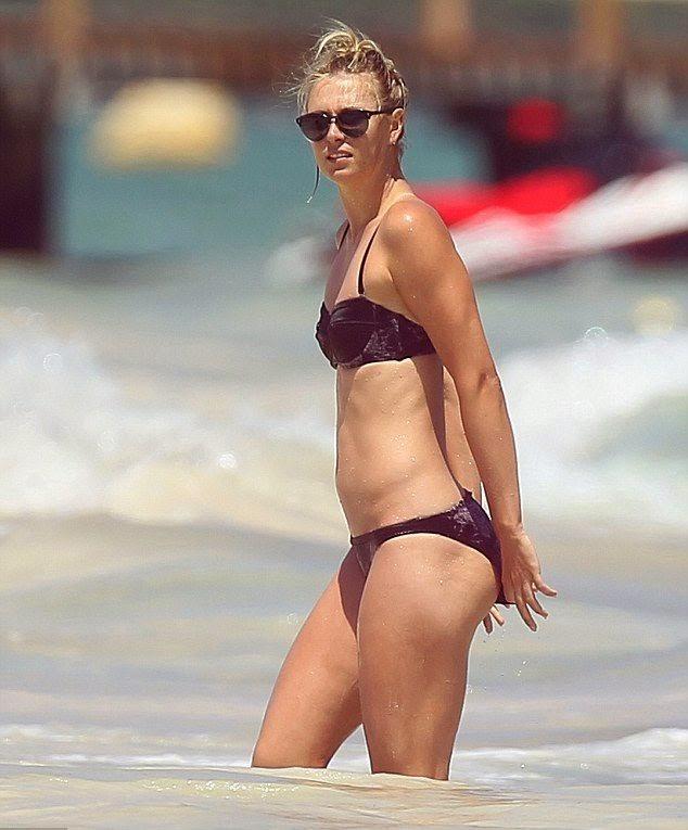 Maria Sharapova wears a Magenta Bikini at Mexico on Tuesday, April 1, 2014