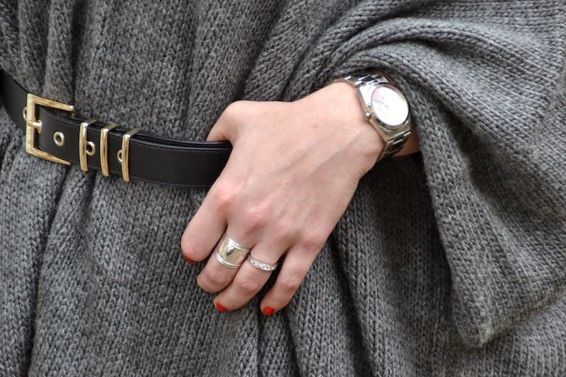 ceinture noire et gris Pimkie et poncho gris a rayures noires ASOS et chaussures compensés noires BAKAJOO et city bag balenciaga