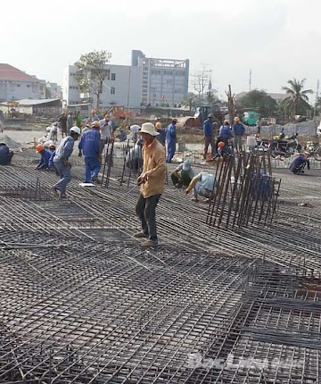Công nhân tất bật làm việc tại công trình xây dựng Quảng trường Hùng Vương.