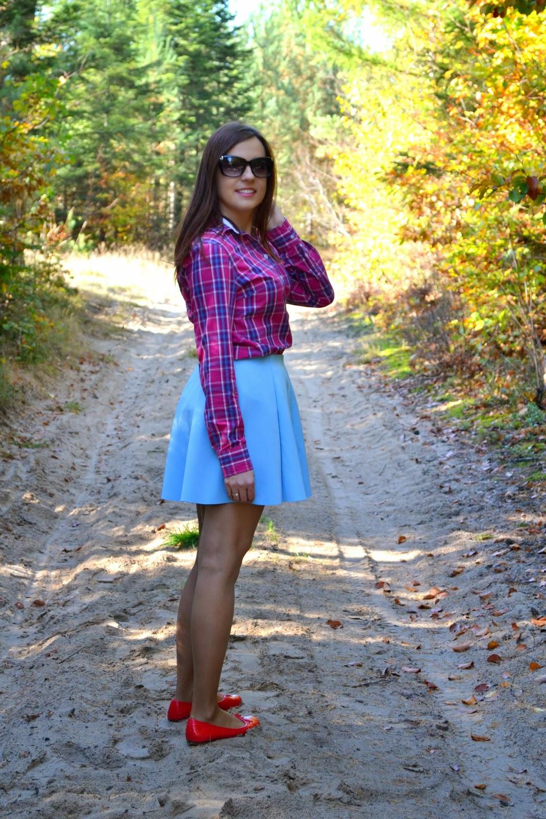 koszula w krate, różowa koszula w kratkę, niebieska rozkloszowana spódnica, co do koszuli w krate