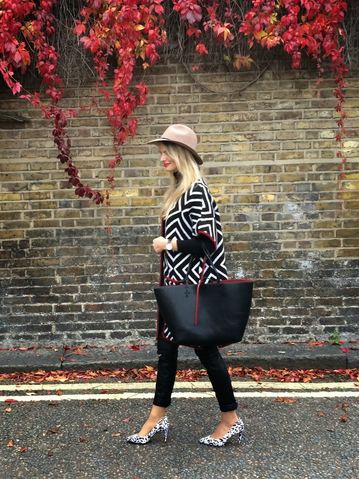 hat, fedora hat, topshop hat, camel hat, poncho, cape, aztec print poncho, zara reversible contrast shopper, zara shopper, black shopper bag, asos heels, asos shoes, street style, london street style, leather pants, zara leather pants, aw14, lookbook, fashion blogger, blonde fashion blogger, long hair