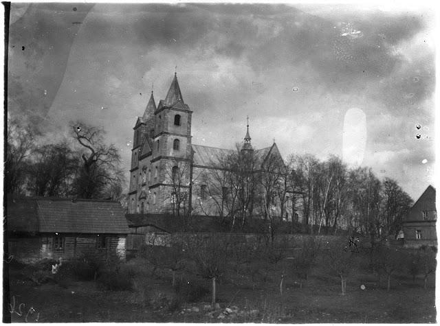 Gowarczów, kościół p.w. św. Apostołów Piotra i Pawła, od strony południowej. Lipa widoczna jest po lewej stronie fotografii obok północnej wieży. Fot. Henryk Seweryn Zawadzki 1924, w kolekcji KW.