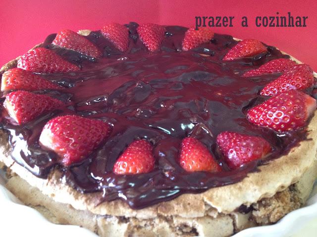 prazer a cozinhar - merengue de avelãs com chocolate e morangos