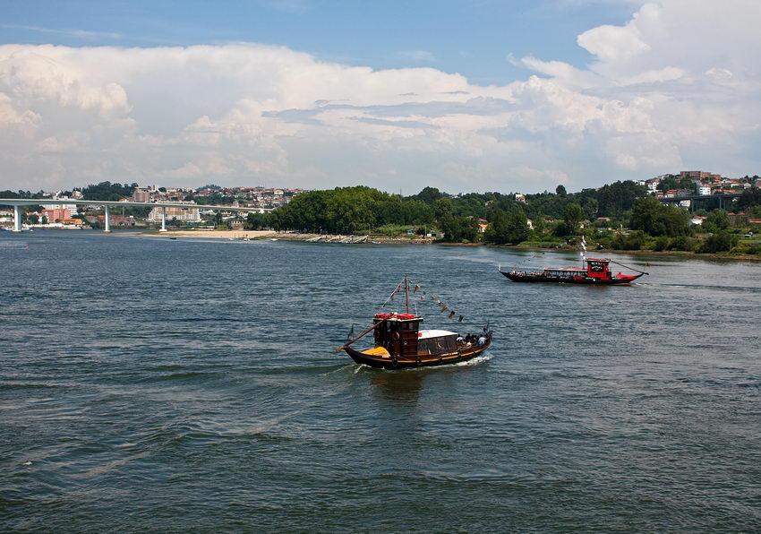 Foto de dois barcos rabelos no rio Douro