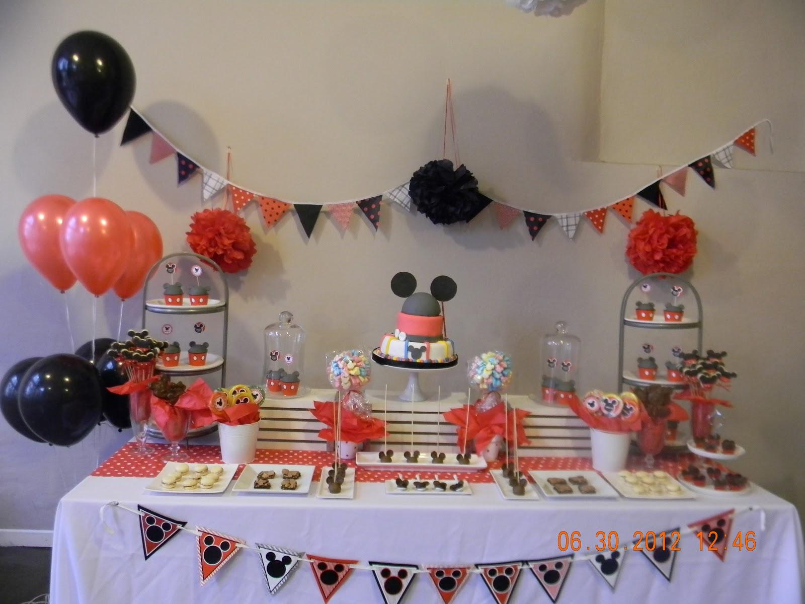La mesa principal de este cumple Mickey incluye Torta, cake pops