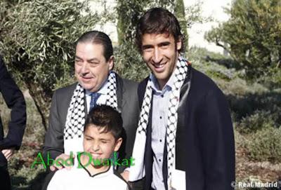 Raul bersama anak-anak Palestina