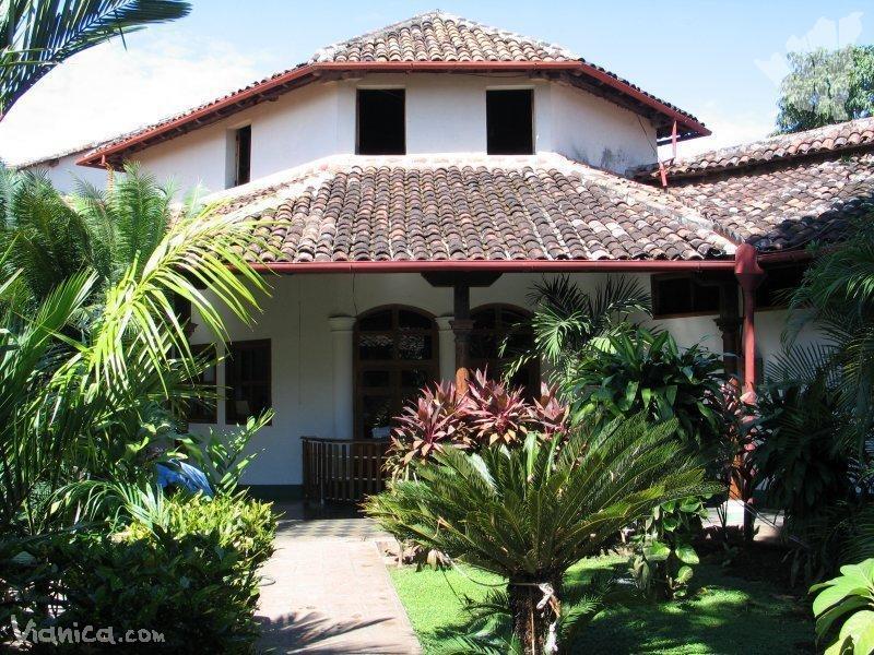 abajo el museo Casa Colorada de Santiago de Chile, el edificio