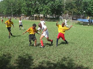 Inician con éxito campamento de fútbol para niños principiantes