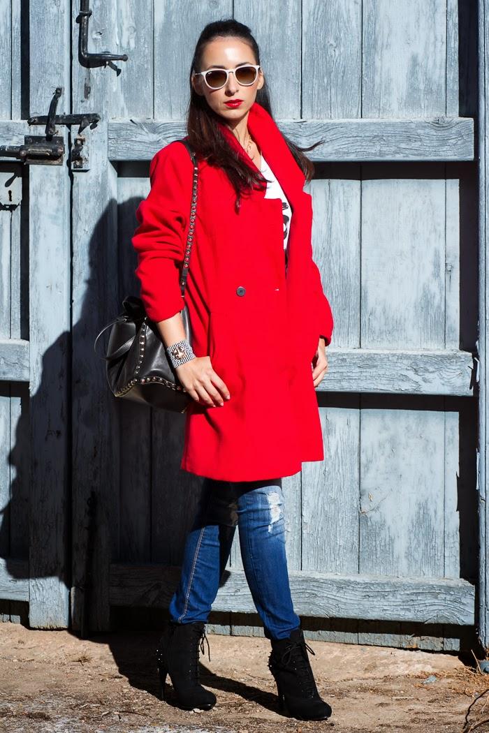 Blogger valenciana con abrigo rojo y bolso de Zara