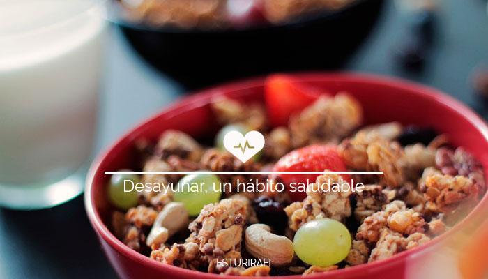 Desayuno completo con cereales integrales, frutos secos, fruta y leche