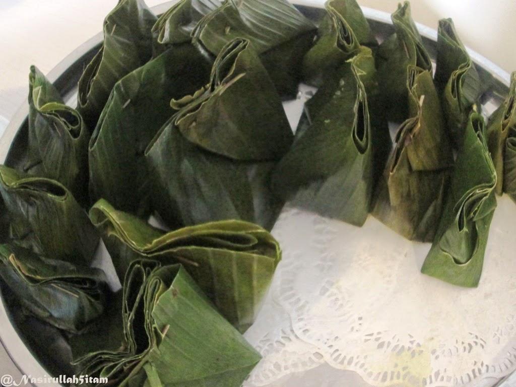 Kue Carang Gesing masih terbungkus oleh daun pisang