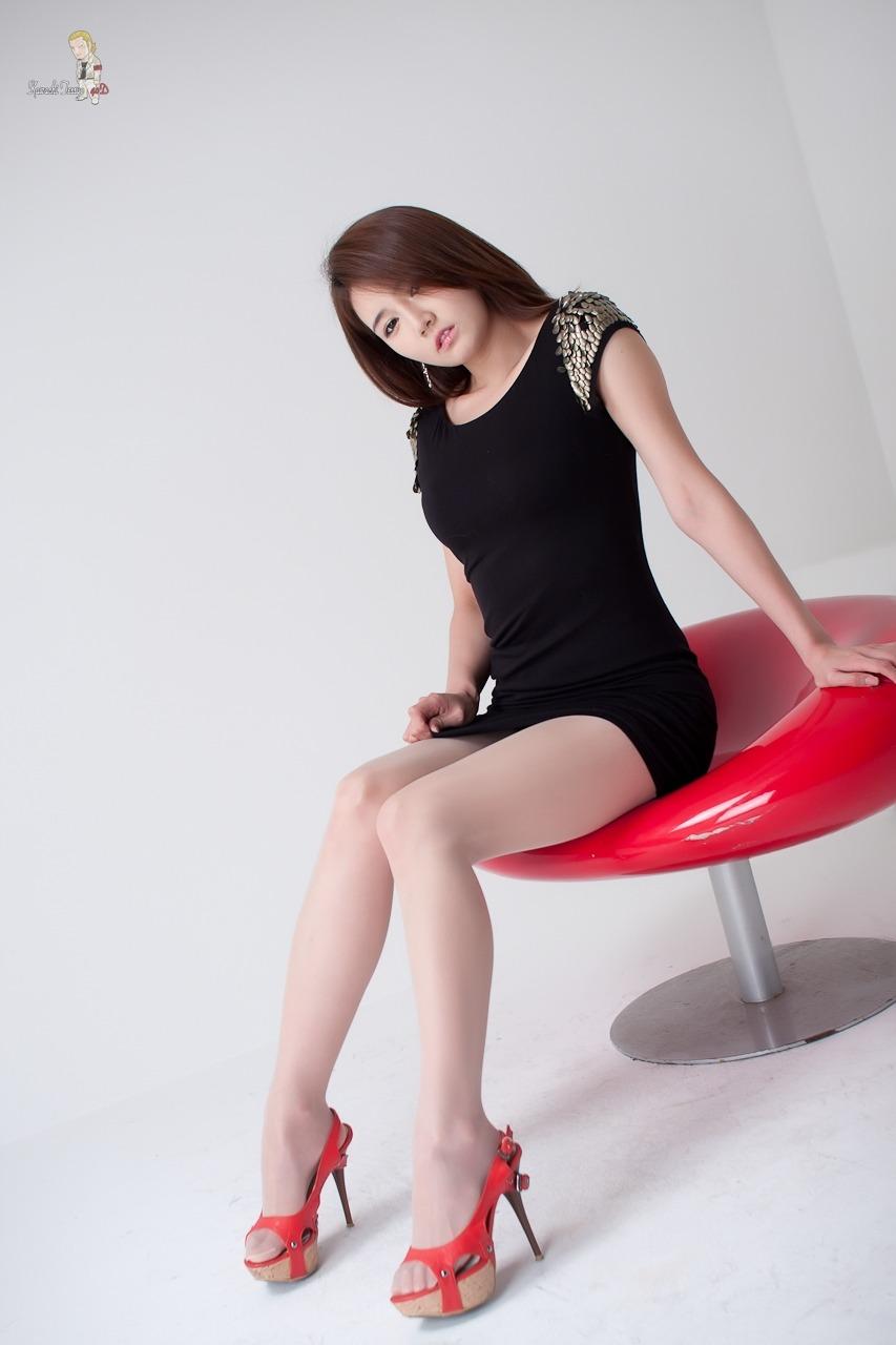 Han Ga Eun showing off her lovely legs