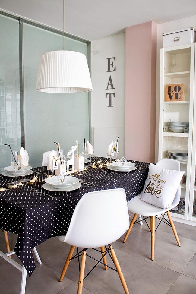 As sera nuestra mesa de nochevieja blanco negro y for Deco sala en blanco y negro