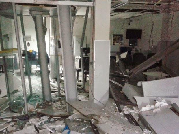 Agência bancária de Acajutiba ficou totalmente destruída após explosão (Foto: Altieres Moraes/Portal Acajutiba News)