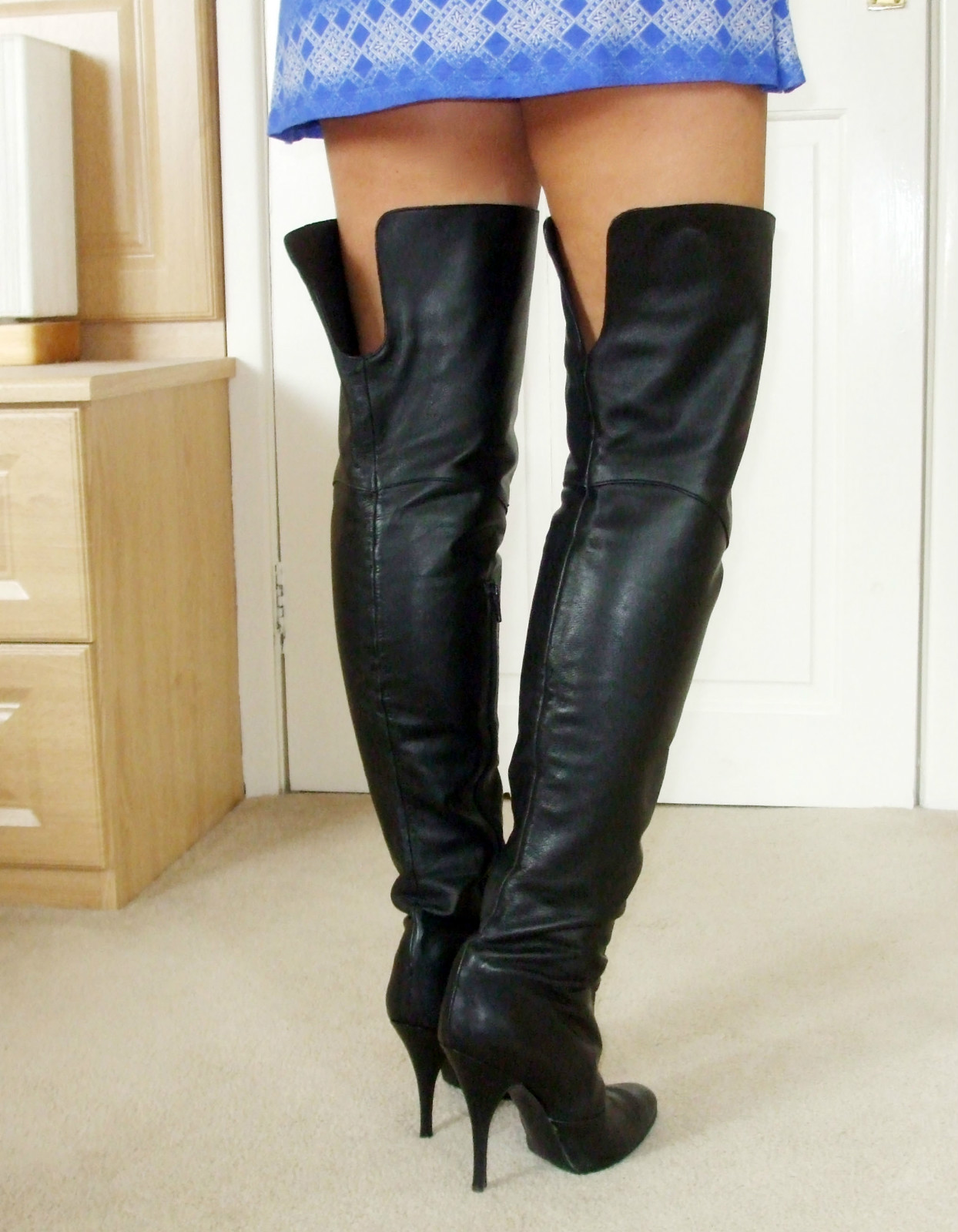 eBay Leather: A UK seller models some very nice black leather ...