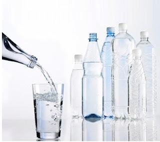 sifat benda cair : bentuk air sesuai tempatnya
