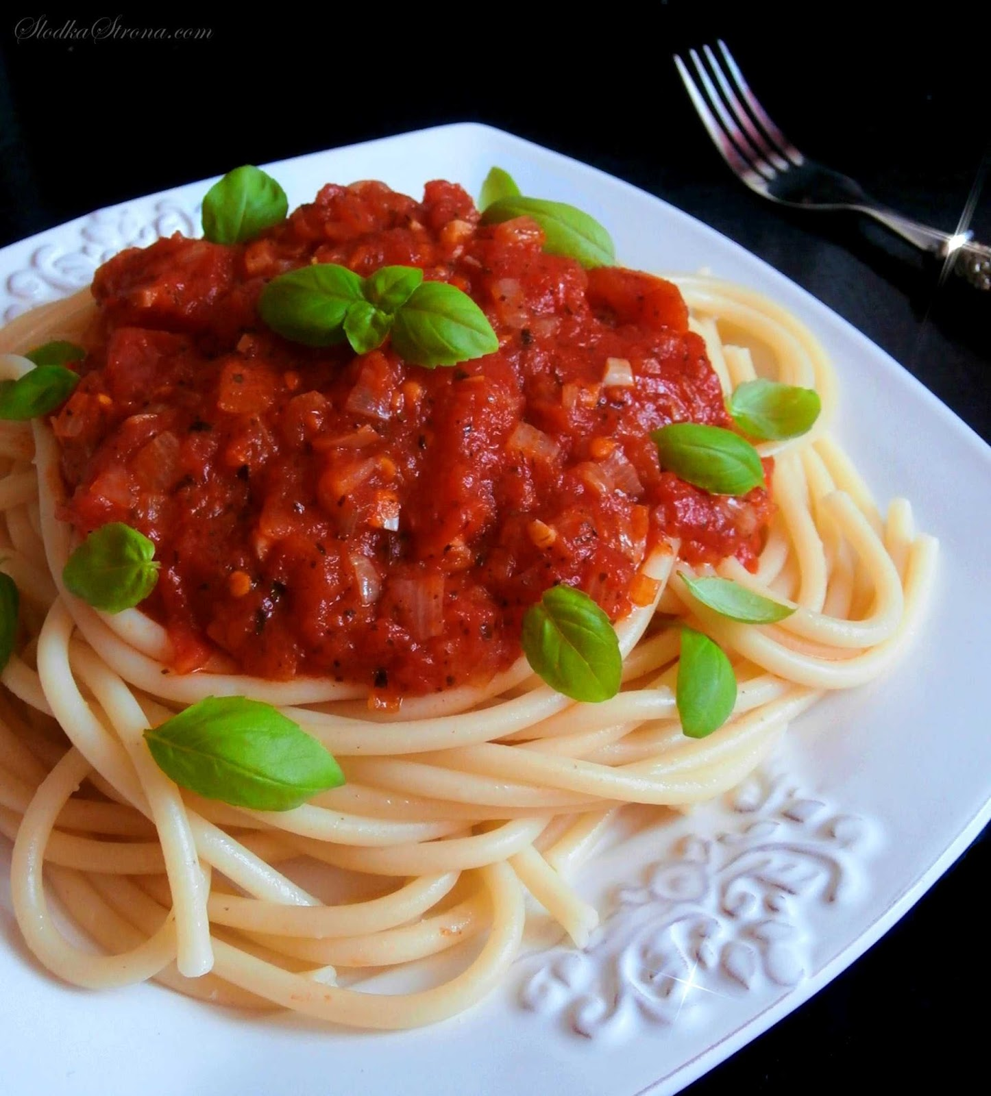 Makaron z Sosem Pomidorowym - Przepis - Słodka Strona