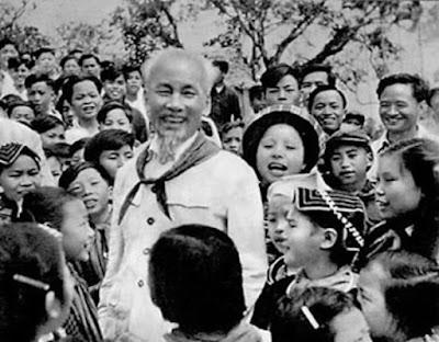 Hình ảnh về nụ cười của Bác Hồ khi thăm các em thiếu nhi dân tộc