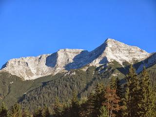 Guffert von Steineberg aus; links des Gipfel liegt im Schatten die Südwestflanke
