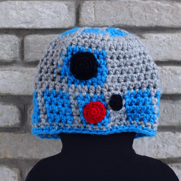 http://www.blog.oomanoot.com/r2-d2-crochet-hat-tutorial/?utm_source=directory&utm_medium=totally&utm_campaign=r2-d2-crochet-hat-tutorial