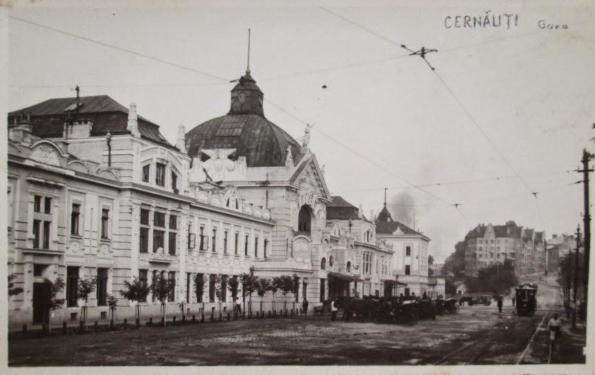 Gara din Cernauti cu un tramvai in fata