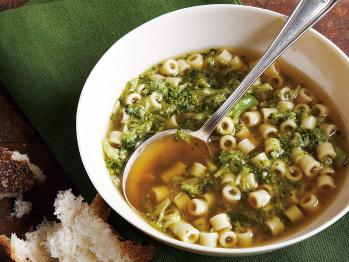 La minestra in brodo di pasta e broccoli è un primo piatto gustoso e ...