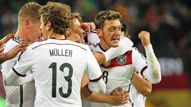 Özil jogou em oito das nove partidas da Alemanha no ano passado - só fico  de fora do amistoso contra a França - 8c67fc9735983