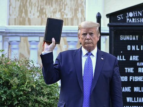Donald Trump mit Bibel