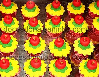 Mini cupcakes decorados com maçãs para festa Branca de Neve