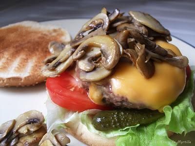 Super hamburger maison aux champignons et au fromage (voir la recette)