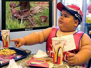 smešna slika: debelo dete sedi da jede u McDonalds