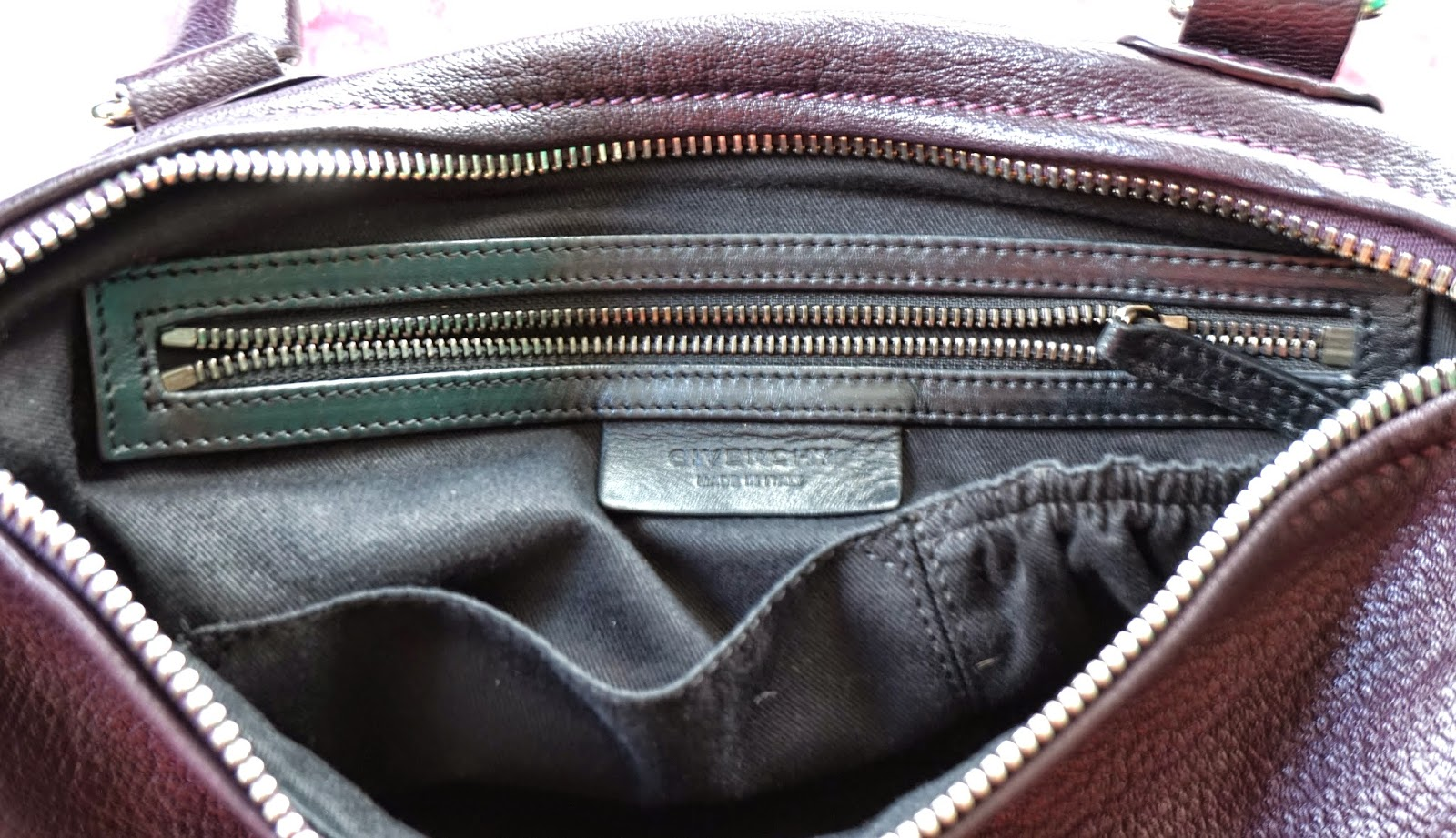d6952390eb9 Onto the interior of the pandora. It has three pockets  One zippered pocket  (the zipper lining and pull are outlined by a leather lining) and two open  ...