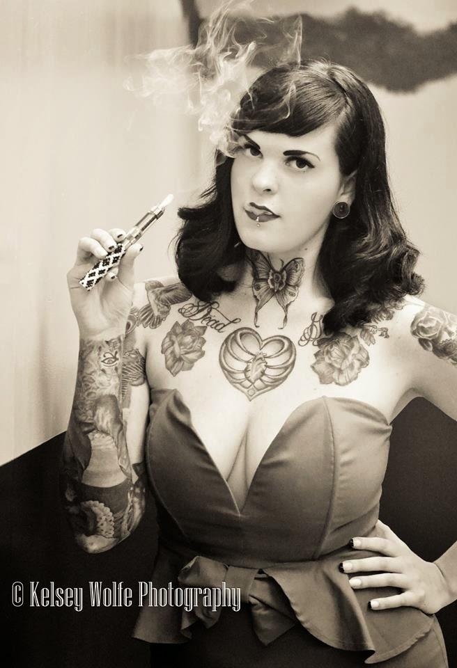 photo noir et blanc sexy du modèle sarah claxton vapotant