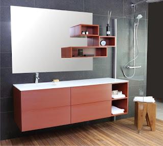 Seinälaatan kanssa samaan tasoon upotettu peili mahdollistaa hyllyt peilin päälle.