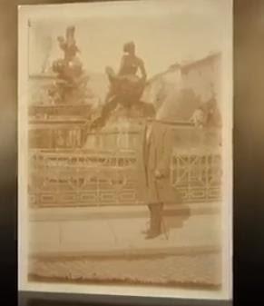 Jovan Dučić ispred fontane Delle Naiad u Rimu, 1914.