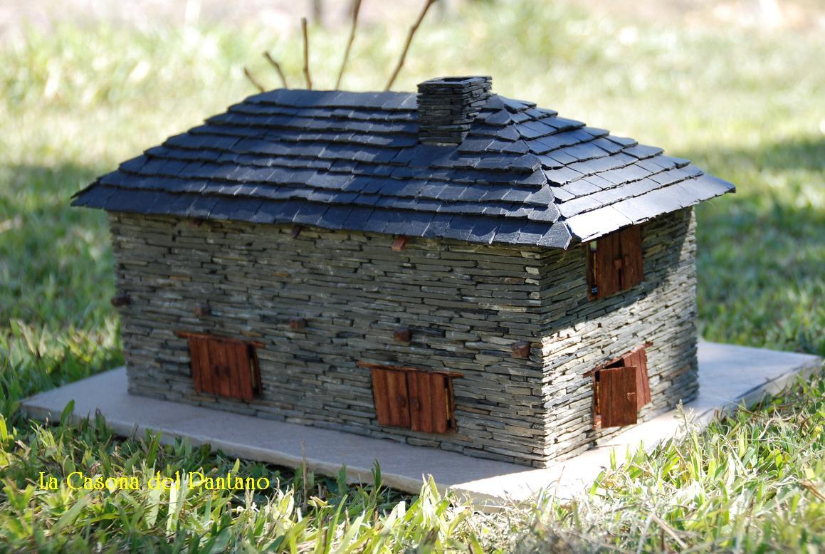 Casas de pizarra agosto 2011 for Tejados de madera a cuatro aguas