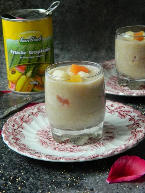 Budinca de amaranth cu lapte de cocos si compot de fructe tropicale