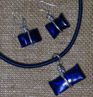 http://handbox.es/bisuteria-pendientes-collares-y-colgantes-realizados-con-botellas-de-plastico-recicladas-jewelry-earings-and-pendants-made-out-of-recycled-plastic-bottles