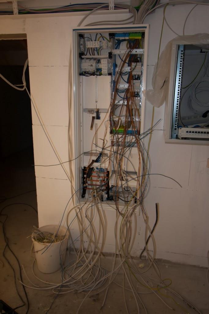 HuM\'s Baublog: Tag 153: Fliesenleger, Elektroarbeiten und DREWAG Netz