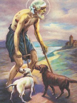 San Lazaro caminando con muletas junto a sus dos perros.