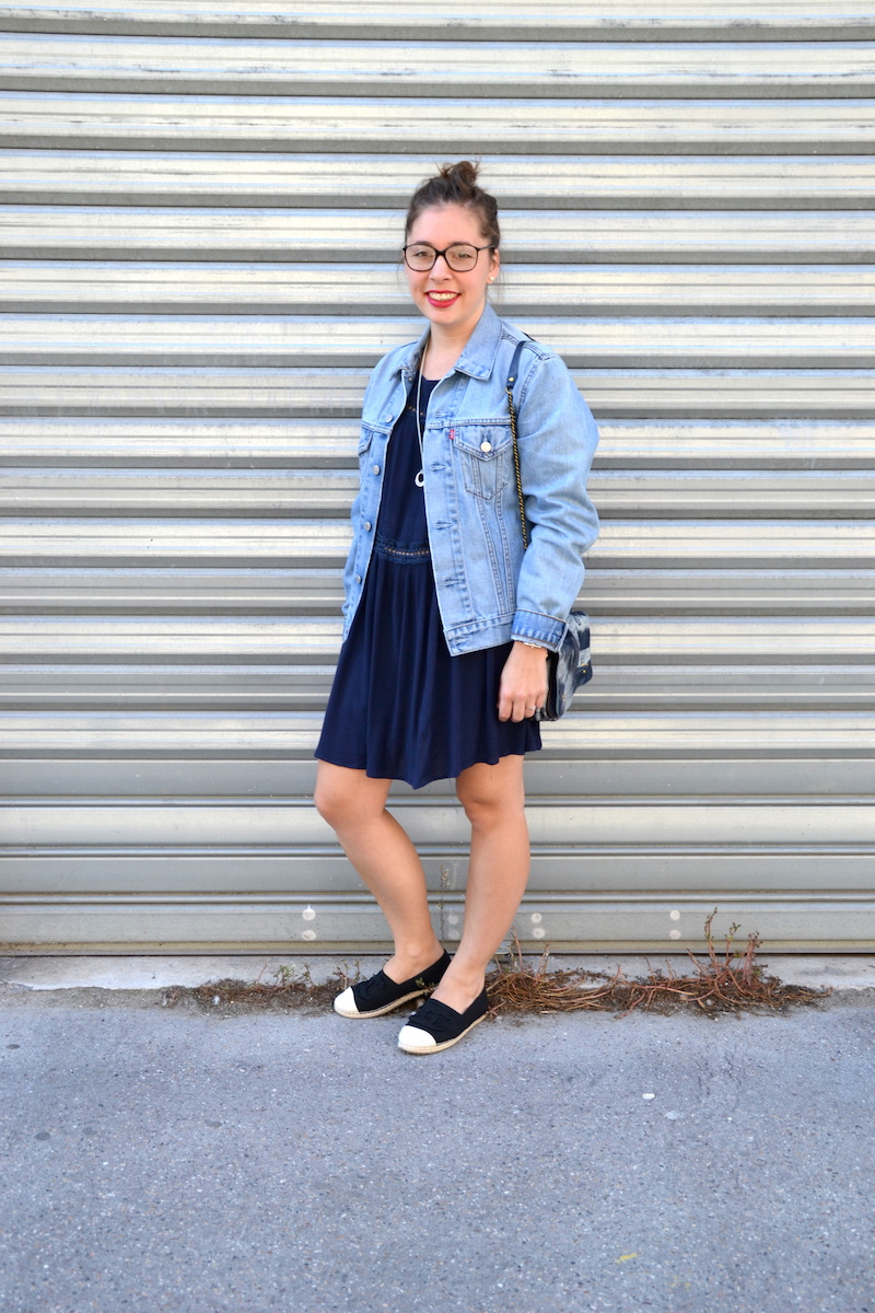 veste en jean Levi's, robe bleu marine Sheinside, espadrille, sac bobi Tie & Dye, collier Hermés