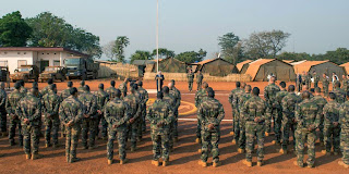 Jean-Pierre Chevènement essaye de justifier le viol des enfants Centrafricains par les militaires français  4625262_3_cde1_des-troupes-francaises-de-la-mission_0dc93557cf9245aa35e4addc5dfdd98f