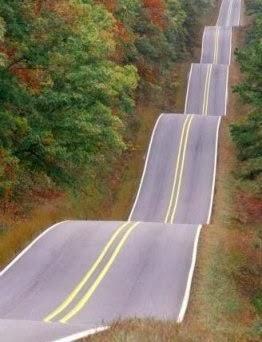 A estrada  é longa e sinuosa..