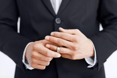 مراهقة الكبار سبب الزواج الثانى - رجل خائن يخون زوجته - ينزع خاتم - man_removes_wedding_ring