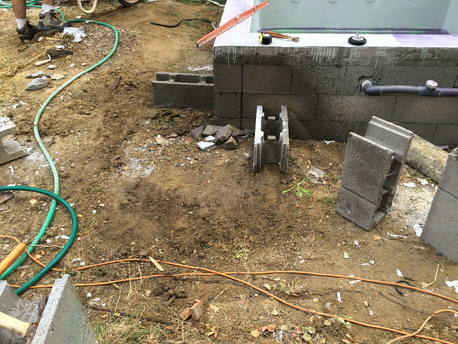 Dalle pour le local technique et escalier ext rieur for Dalle beton autour piscine